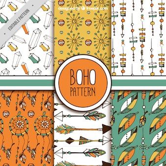 Coleção de seis padrões desenhados à mão com elementos decorativos boho