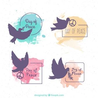 Conjunto de etiquetas do dia da paz com silhuetas de pomba e manchas de aquarela