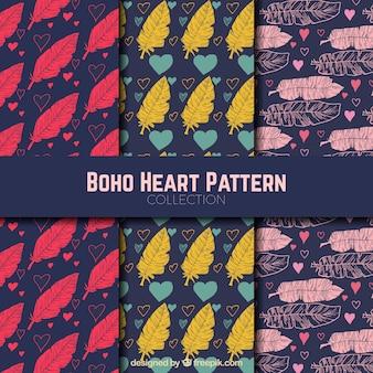 Conjunto de padrões de corações com penas desenhadas à mão