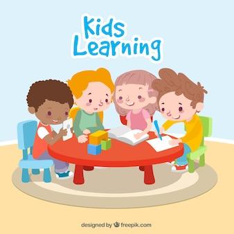 Crianças felizes que aprendem junto