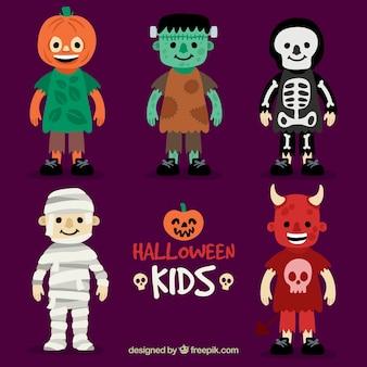 Crianças vestidas para uma festa de Halloween