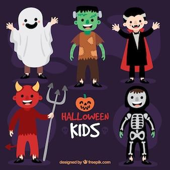 Crianças vestindo trajes de personagens típicos de Halloween