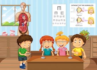 Estudantes que aprendem ciência na sala de aula