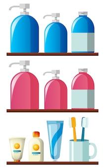 Frascos de shampoo e escovas de dentes nas prateleiras