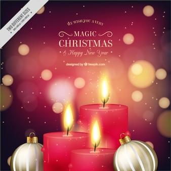 Fundo do bokeh de velas vermelhas com esferas douradas do Natal