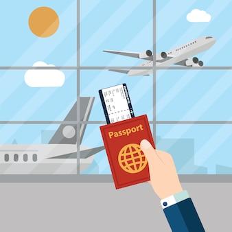 Homem que prende o passaporte no aeroporto