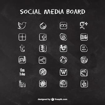 Ícones de mídia social no quadro-negro