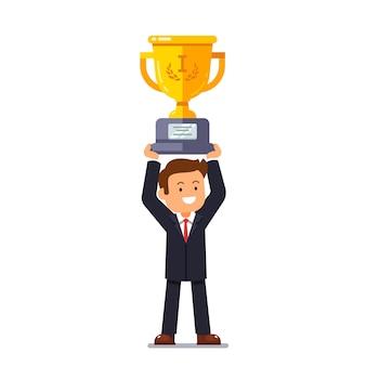 Líder líder do negócio segurando copo de ouro vencedor