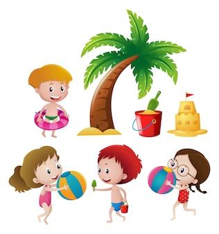 Meninos e meninas brincando na praia