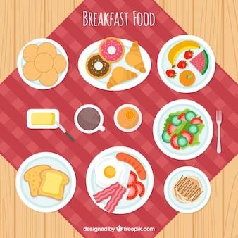 Mesa cheia de pequeno-almoço