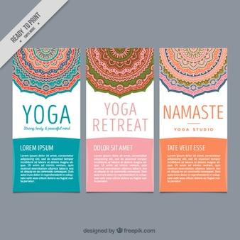Panfletos bonitos ioga com mandalas decorativas