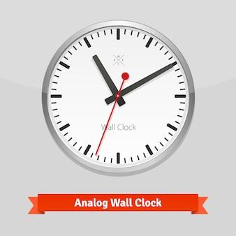 Relógio de parede de design em uma caixa de metal