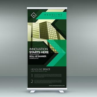 Standee geométrico verde enrolle o modelo de design de banner no tema escuro
