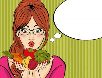 Surpresa mulher pop art que segura vegetais nas mãos