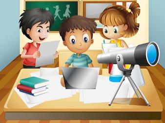 Três crianças trabalhando em grupo na escola