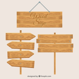 Três sinais de madeira