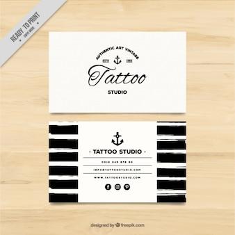 A mano biglietto da visita dipinto per un tattoo studio