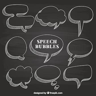A mano discorso disegnati bolle sulla lavagna