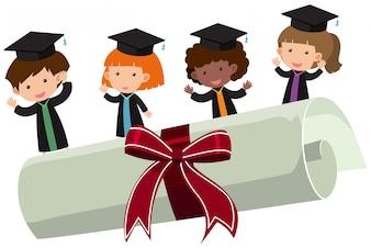 Bambini con abito di laurea e diploma di roll