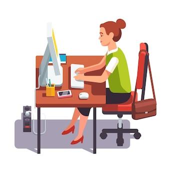 Donna di impiegato che lavora su un computer desktop