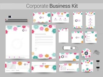 Kit di identità aziendale con fiori colorati.