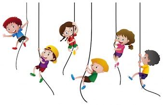 Molti ragazzi che si arrampicano sulla corda