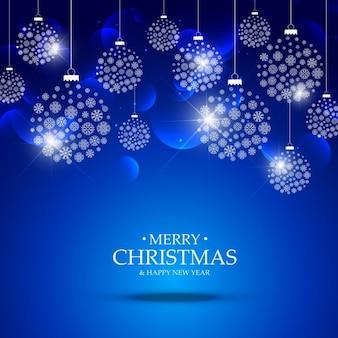 Palle di Natale a base di fiocchi di neve appesi su sfondo blu