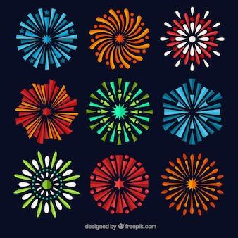 Raccolta di fuochi d'artificio colorati in disegno piatto