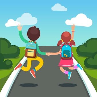 Ragazzi e ragazze studenti su un modo per scuola