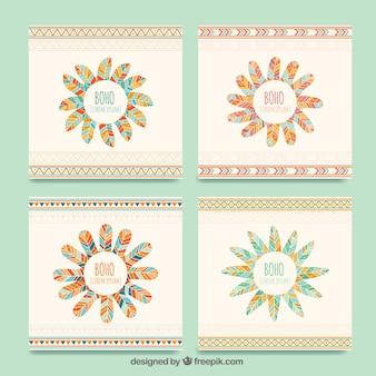 Set di quattro carte boho con piume colorate