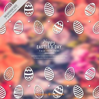 Sfondo sfocato con le uova di Pasqua decorative