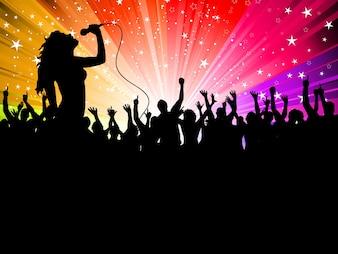 Silhouette di una cantante esibirsi davanti a un pubblico plaudente