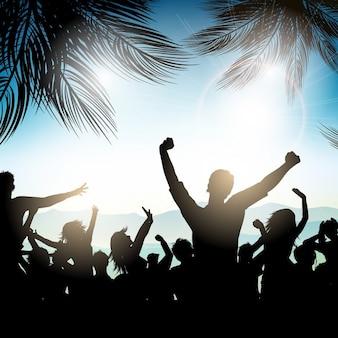 Silhouette di una folla di partito su uno sfondo estate