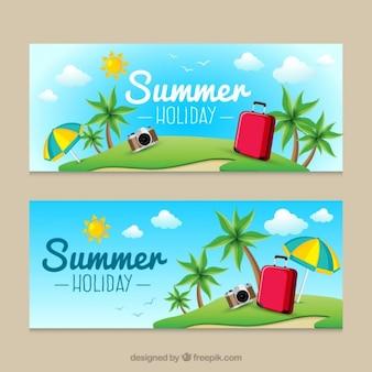 Spiaggia carino con le bandiere d'estate i bagagli