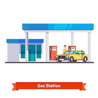 Stazione di benzina con l'auto che alimenta l'uomo