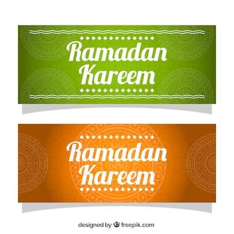 Striscioni colorati con decorazione ornamentale per il Ramadan
