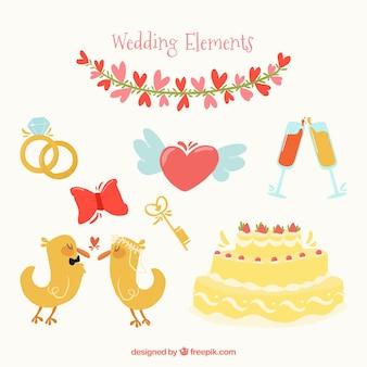 Torta di nozze con coppie carine di piccoli uccelli