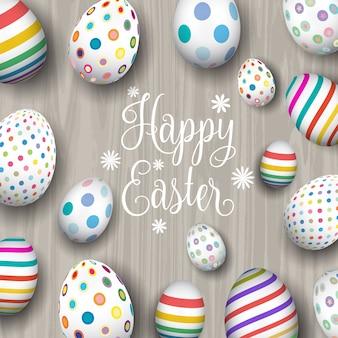 Uova di Pasqua colorate su uno sfondo di legno