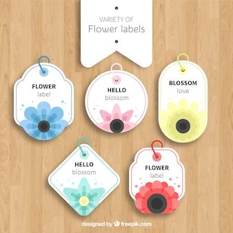 Varietà di etichette di fiori con disegno piatto