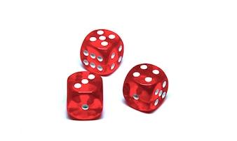 3 rode dobbelstenen close-up op een witte achtergrond