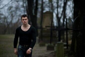 'Beefy man die in kerkhof loopt'