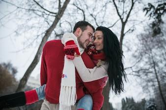 'Content paar geniet van de tijd in de winter'