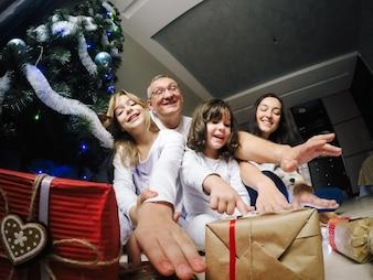 'Familie trekken handen naar geschenken'