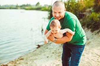 'Vader die baby op zandstrand bevindt'