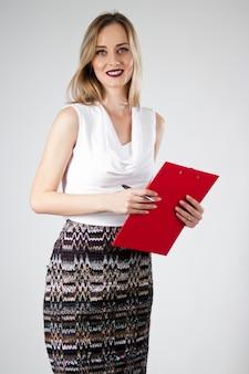 Aantrekkelijke moderne jonge zakenvrouw met klembord.