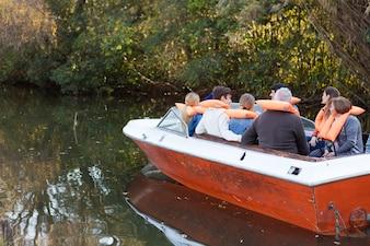 Achter mening van familie zeilen op een boot