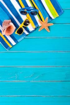 Achtergrond van het strand met zonnebril en zeester