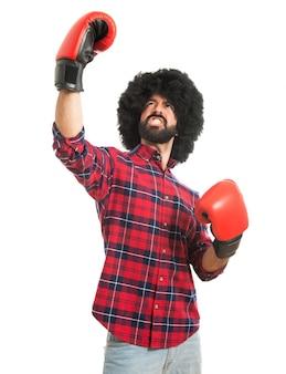 Afro man met bokshandschoenen te winnen