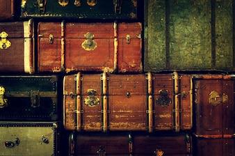 Antieke reistassen gestapeld