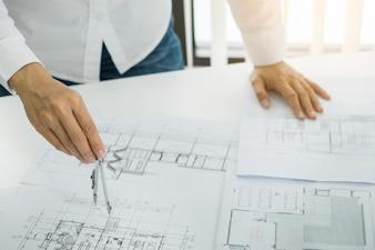 Architect in kantoor werken